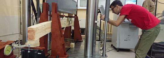 Испытания гнутоклееной балки в механ. лаборатории СПбГАСУ